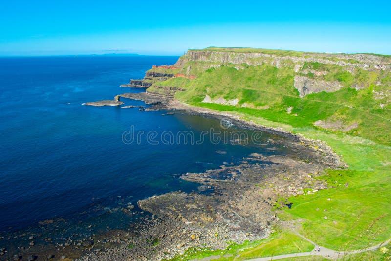 Widok z lotu ptaka sławny i popularny giganta drogi na grobli punkt zwrotny w Północnym - Ireland Wybrzeże Atlantycka oceanu i sp zdjęcia stock