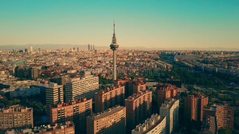 Widok z lotu ptaka sławny Torrespana TV wierza wśród Madryt pejzażu miejskiego, Hiszpania zdjęcie stock