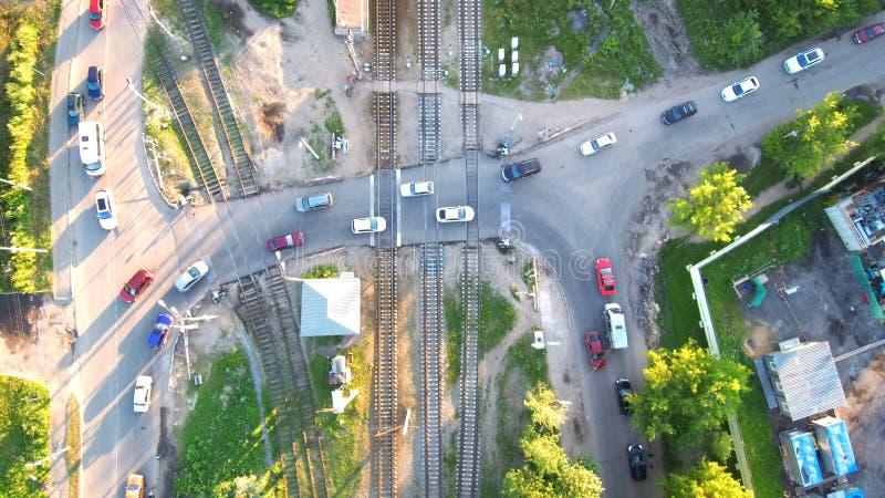 Widok z lotu ptaka samochody Przechodzi przez kolei przy zmierzchem, odgórny widok zdjęcie stock