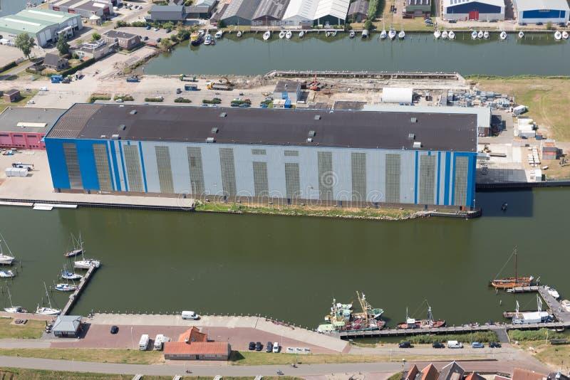 Widok z lotu ptaka schronienia Holenderska wioska Makkum z budować nowożytną stocznię obraz royalty free