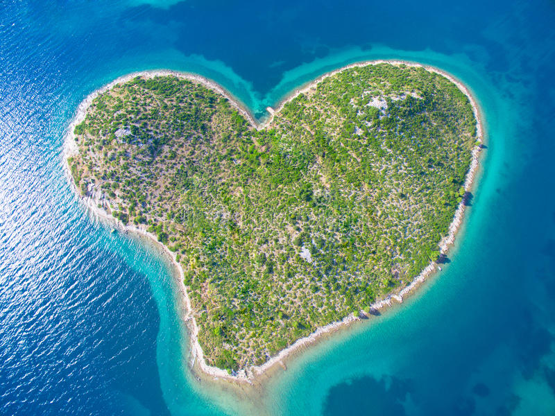 Widok z lotu ptaka serce kształtująca Galesnjak wyspa na Adriatic wybrzeżu zdjęcie royalty free