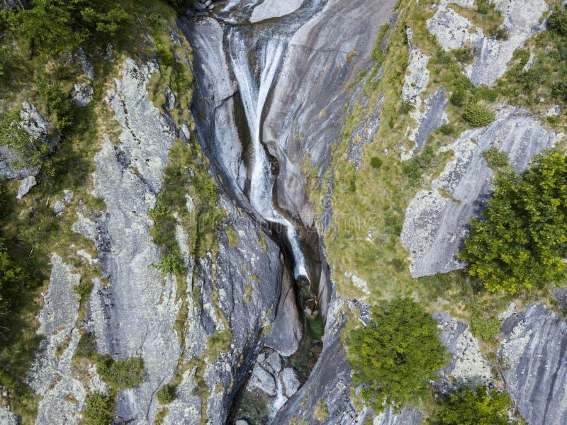 Widok z lotu ptaka siklawa w Val Di Mello, zielona dolina otaczająca granitowymi górami i drewnami Val Masino, Sondrio Włochy fotografia royalty free
