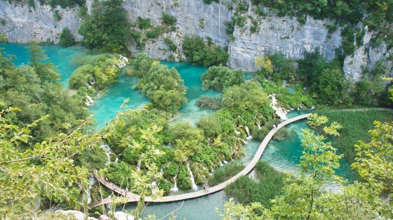 Widok z lotu ptaka siklawy i drewniani sposoby w parka narodowego Plitvice jeziorach, Chorwacja fotografia royalty free