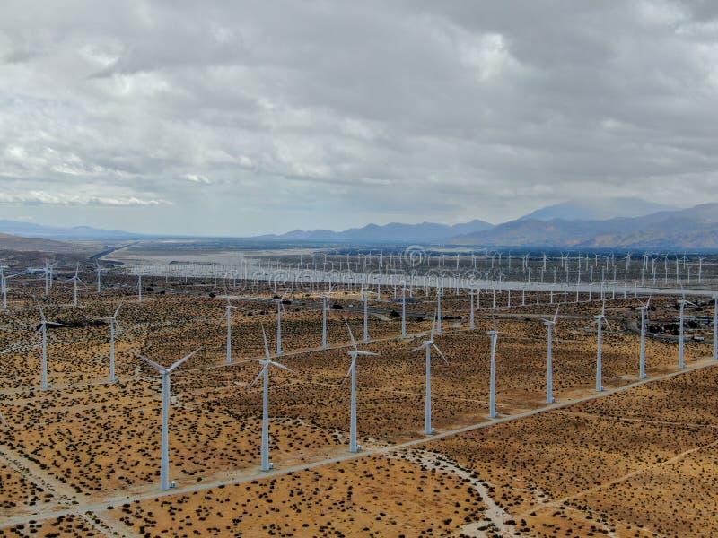 Widok z lotu ptaka silniki wiatrowi rozprzestrzenia nad pustynią w palm springs farmie wiatrowej zdjęcie stock