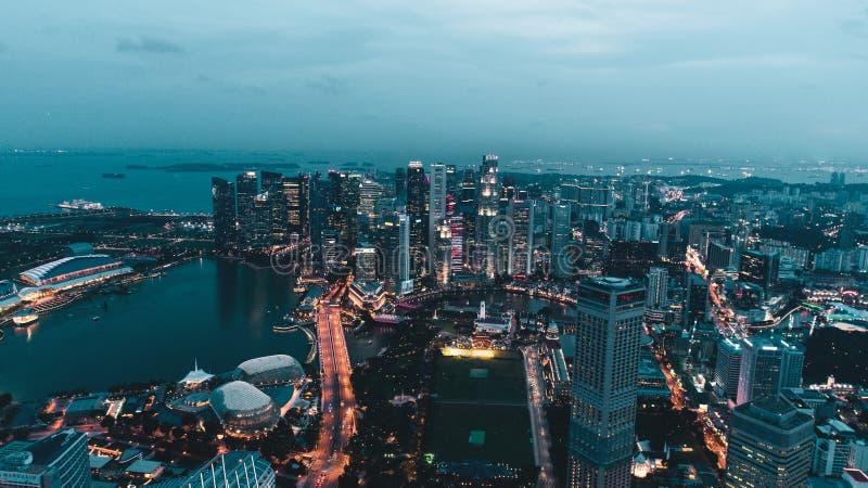 Widok z lotu ptaka Singapur podczas chmurnego wieczór obrazy stock