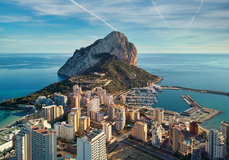 Widok z lotu ptaka skała Ifach i Calpe pejzaż miejski Hiszpania zdjęcie royalty free