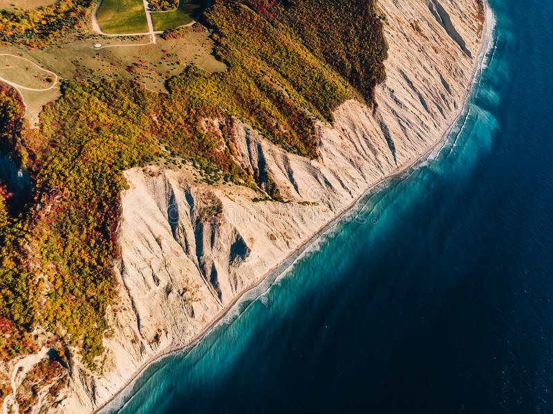 Widok z lotu ptaka skalisty brzeg z falezą i błękitnym oceanem obrazy stock