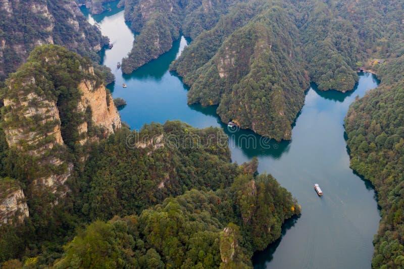 Widok z lotu ptaka spektakularne góry i Baofeng jezioro w Zhangjiajie obrazy royalty free