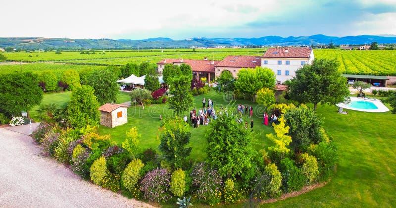 Widok z lotu ptaka stary dom wiejski w winnicach blisko Soave, Ita obraz royalty free