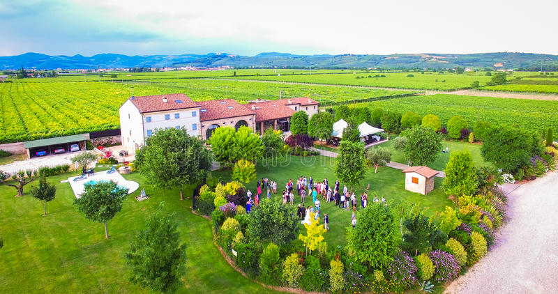 Widok z lotu ptaka stary dom wiejski w winnicach blisko Soave, Ita fotografia royalty free