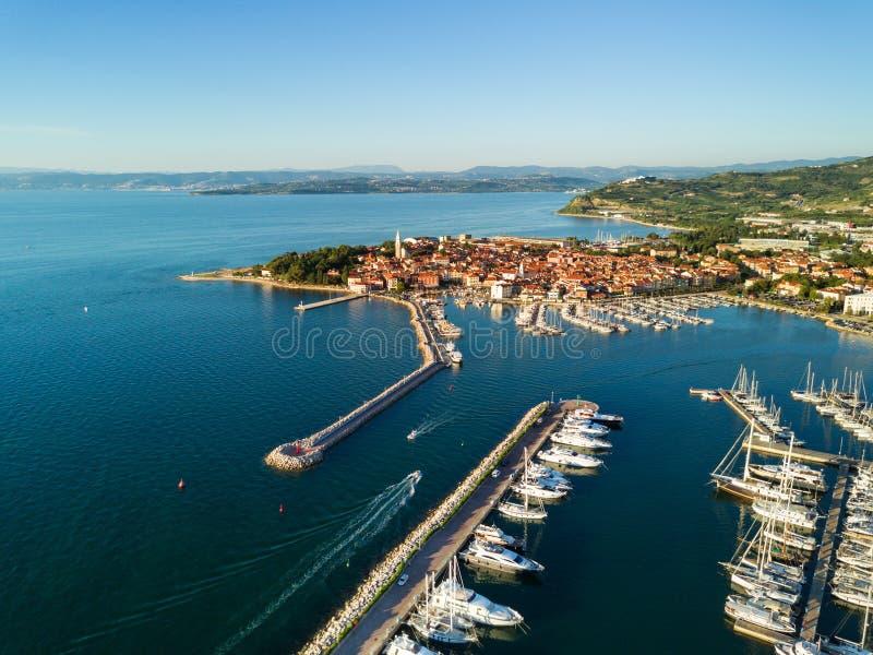 Widok z lotu ptaka stary grodzki Izola w Slovenia, pejzaż miejski z marina przy zmierzchem Adriatycki denny wybrzeże, półwysep Is zdjęcia stock