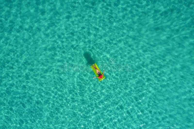 Widok z lotu ptaka szczupły kobiety dopłynięcie na pływanie materac w przejrzystym turkusowym morzu w Seychelles Lata seascape z  obrazy stock