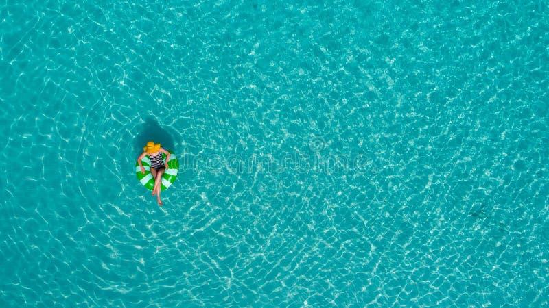Widok z lotu ptaka szczupły kobiety dopłynięcie na pływanie pierścionku pączku w przejrzystym turkusowym morzu w Seychelles Lata  obraz royalty free
