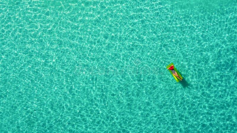 Widok z lotu ptaka szczupły kobiety dopłynięcie na pływanie materac w przejrzystym turkusowym morzu w Seychelles Lata seascape z  zdjęcie stock