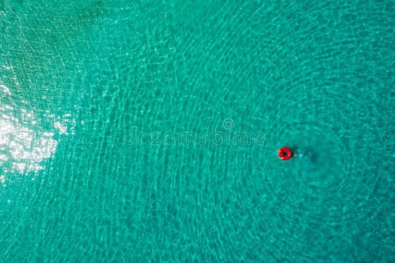 Widok z lotu ptaka szczup?y kobiety dop?yni?cie na p?ywanie pier?cionku p?czku w przejrzystym turkusowym morzu w Seychelles Lata  obraz royalty free