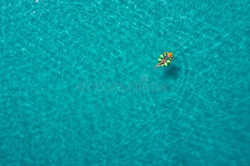Widok z lotu ptaka szczup?y kobiety dop?yni?cie na p?ywanie pier?cionku p?czku w przejrzystym turkusowym morzu w Seychelles Lata  zdjęcia royalty free