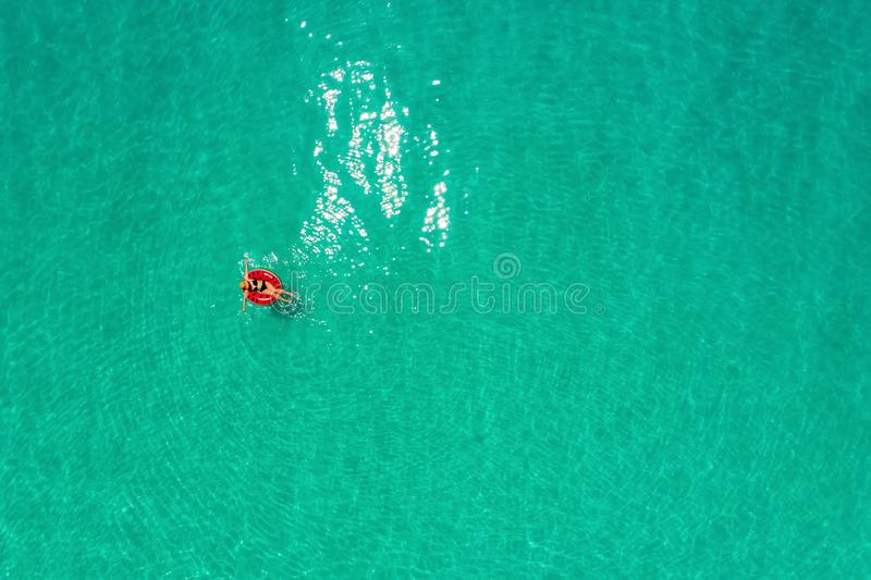 Widok z lotu ptaka szczup?y kobiety dop?yni?cie na p?ywanie pier?cionku p?czku w przejrzystym turkusowym morzu w Seychelles Lata  obrazy royalty free