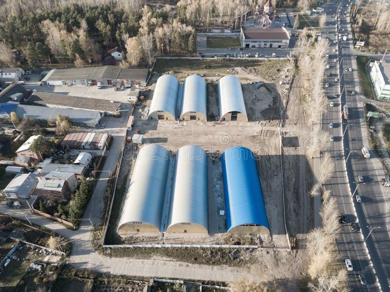 Widok z lotu ptaka sześć round składowych pokojów hangary na b zdjęcia royalty free