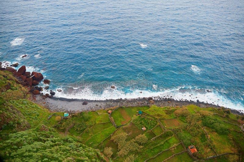 Widok z lotu ptaka taras budy na Północnym Atlantyckim oceanu wybrzeżu madera i pola, Portugalia zdjęcie stock