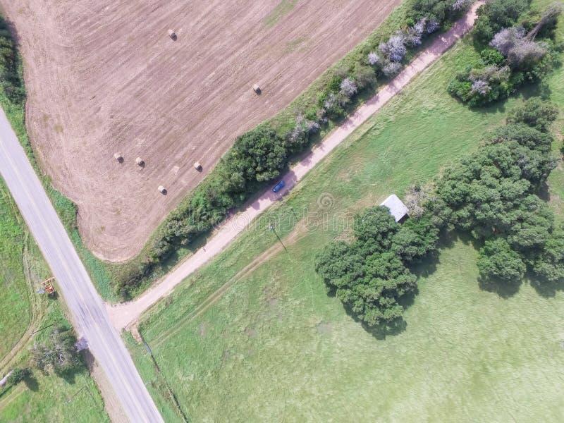 Widok z lotu ptaka Teksas ziemi uprawnej prerii pola beli siano na słonecznym dniu obraz royalty free