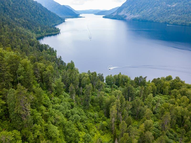Widok z lotu ptaka Teletskoye jezioro między Altai górami na których cumować brzeg unosi się łódź na którym jest tam obraz stock