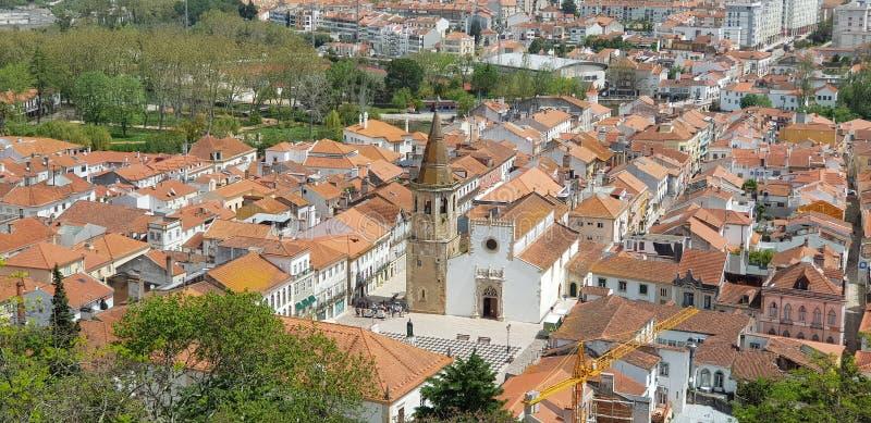 Widok z lotu ptaka Tomar pejzaż miejski i Praca da Republica, kościół święty John baptysta od Tomar kasztelu, Portugalia obrazy royalty free