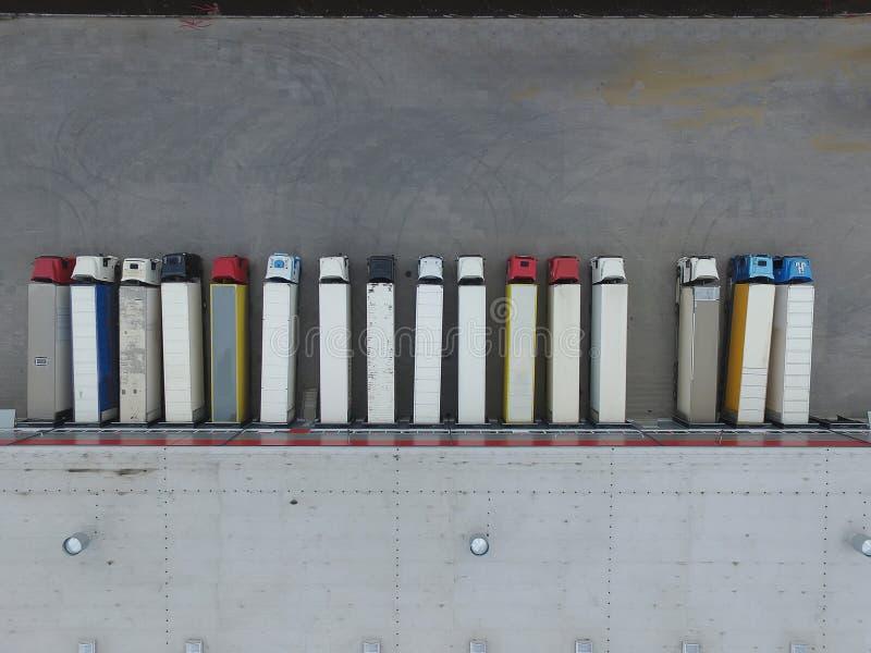 Widok z lotu ptaka towary magazyn Logistyki ze?rodkowywaj? w przemys?owej miasto strefie od above zdjęcie stock