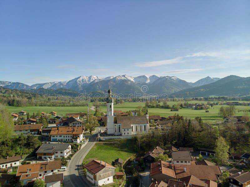 Widok z lotu ptaka tradycyjna wioska w Bavaria z alps w tle zdjęcie stock