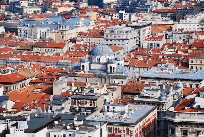 Widok z lotu ptaka Trieste skupiał się na kopule Świątobliwy Spyridon kościół, Włochy fotografia stock