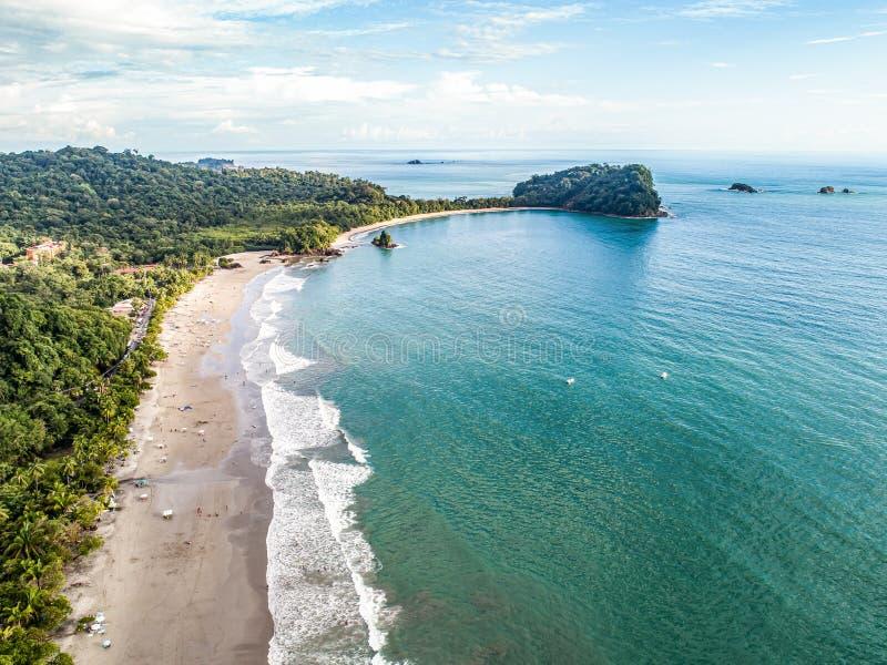Widok z lotu ptaka Tropical espadilla beach and Coastline w pobliżu parku narodowego Manuel Antonio, Kostaryka fotografia stock