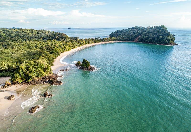 Widok z lotu ptaka Tropical espadilla beach and Coastline w pobliżu parku narodowego Manuel Antonio, Kostaryka zdjęcie stock