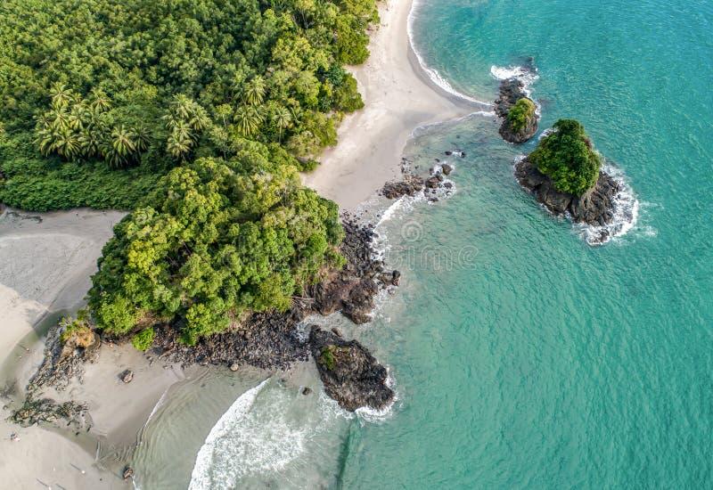 Widok z lotu ptaka Tropical espadilla beach and Coastline w pobliżu parku narodowego Manuel Antonio, Kostaryka obraz stock