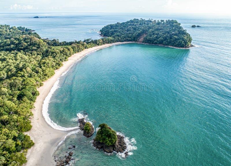 Widok z lotu ptaka Tropical espadilla beach and Coastline w pobliżu parku narodowego Manuel Antonio, Kostaryka zdjęcie royalty free