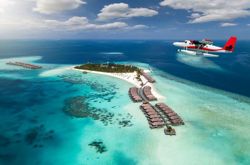 Widok z lotu ptaka tropikalna wyspa z hydroplanem zbliża się, Maldives obraz royalty free