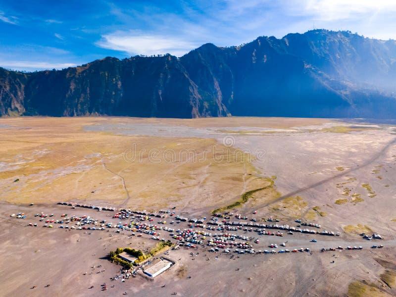 Widok z lotu ptaka turystyczni dżipy przy parking terenem, Bromo wulkan, Ind obrazy stock