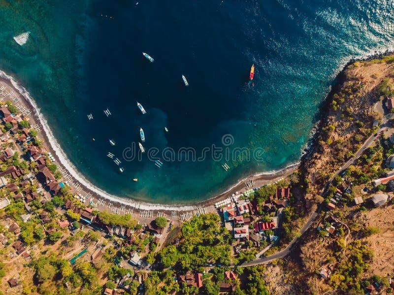 Widok z lotu ptaka turystyczny miasteczko z błękitną wodą morską łodziami i, trutnia strzał Amed, Bali zdjęcie stock