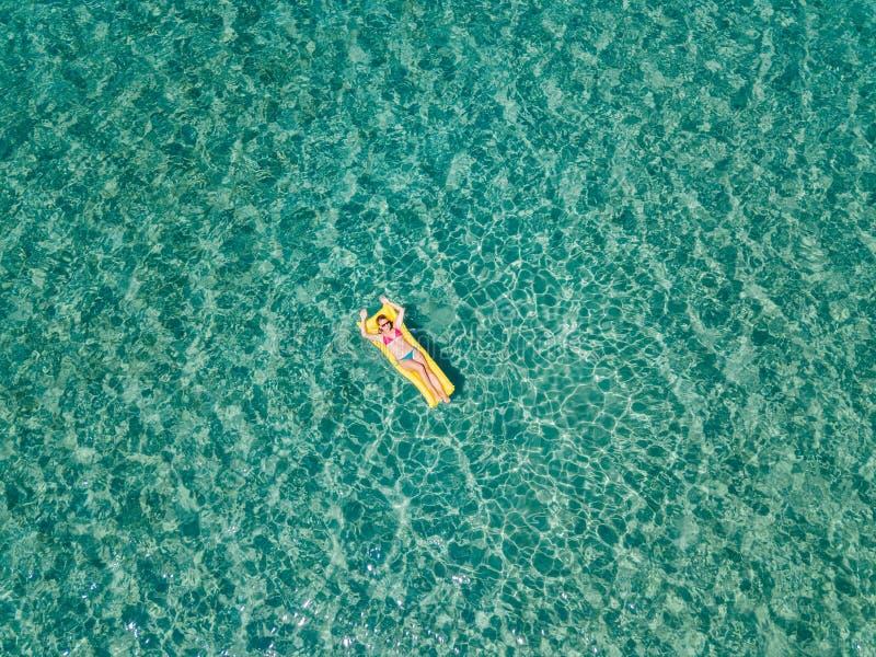 Widok z lotu ptaka unosi się na wodnej materac w morzu kobieta obrazy stock