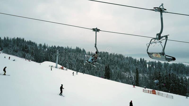 Widok z lotu ptaka unrecognizable ludzie na halnym narciarskim skłonie obraz stock