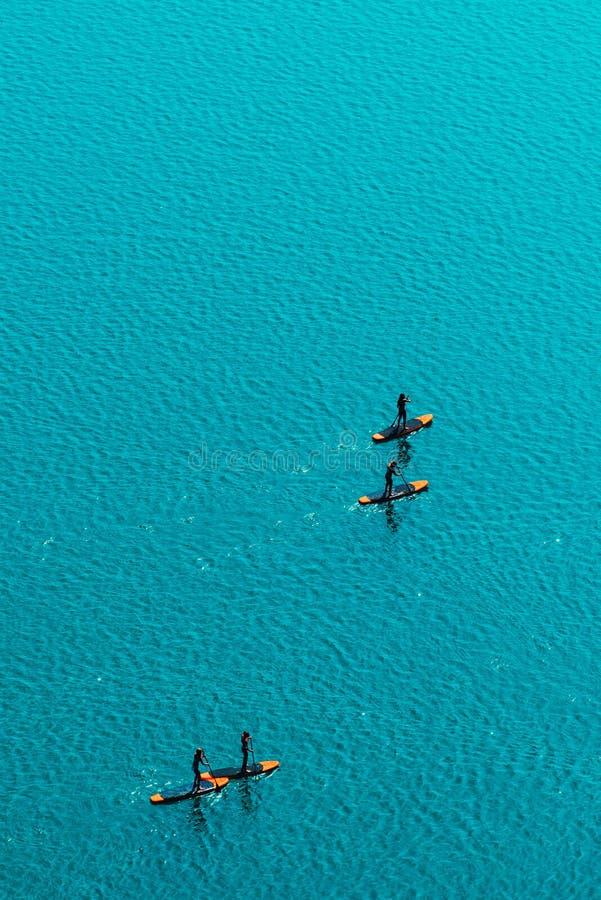 Widok z lotu ptaka unrecognizable ludzie stoi up paddle abordaż fotografia stock