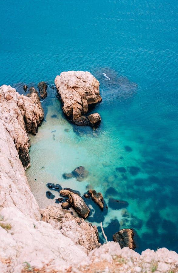 Widok z lotu ptaka ustronna plaża, morze fale i skalisty wybrzeże, obraz royalty free