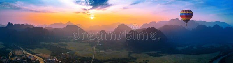 Widok z lotu ptaka Vang vieng z górami i balonem przy zmierzchem zdjęcia royalty free