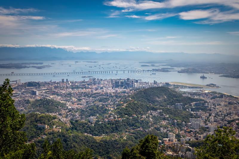Widok z lotu ptaka W centrum Rio De Janeiro, Guanabara zatoka i Niteroi most, - Rio De Janeiro, Brazylia zdjęcia stock