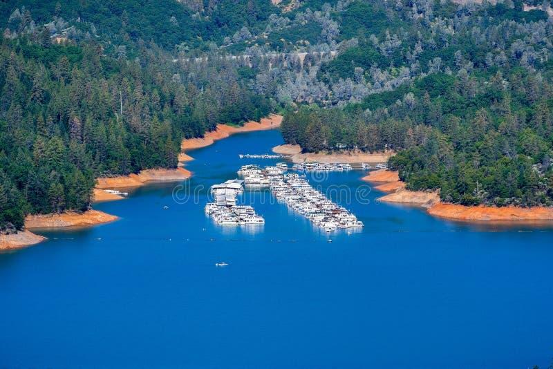 Widok z lotu ptaka Wakacyjny schronienie na McCloud Rzecznej ręce Shasta jezioro, Shasta okręg administracyjny, Północny Kaliforn zdjęcia stock