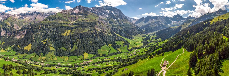 Widok z lotu ptaka wiąz wioska i szwajcar góry - Piz Segnas, Piz Sardona, Laaxer Stockli od Ampachli, Glarus, Szwajcaria, Europ fotografia royalty free