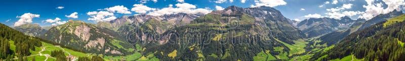 Widok z lotu ptaka wiąz wioska i szwajcar góry - Piz Segnas, Piz Sardona, Laaxer Stockli od Ampachli, Glarus, Szwajcaria, Europ zdjęcia royalty free