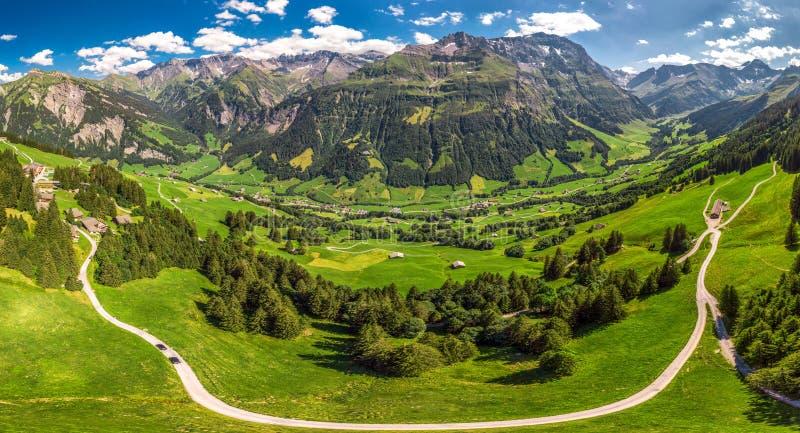 Widok z lotu ptaka wiąz wioska i szwajcar góry - Piz Segnas, Piz Sardona, Laaxer Stockli od Ampachli, Glarus, Szwajcaria, Europ zdjęcie stock