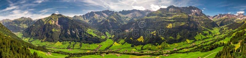 Widok z lotu ptaka wiąz wioska i szwajcar góry - Piz Segnas, Piz Sardona, Laaxer Stockli od Ampachli, Glarus, Szwajcaria, Europ obraz royalty free