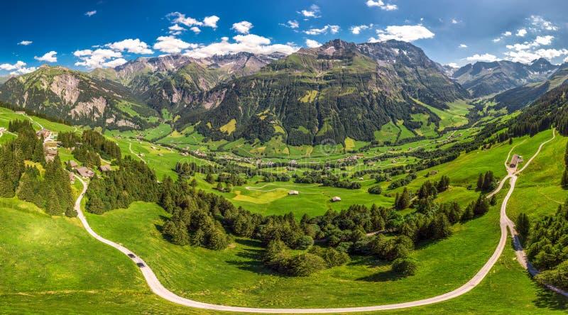 Widok z lotu ptaka wiąz wioska i szwajcar góry - Piz Segnas, Piz Sardona, Laaxer Stockli od Ampachli, Glarus, Szwajcaria, Europ fotografia stock