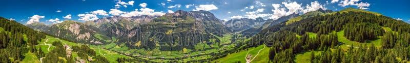 Widok z lotu ptaka wi?z wioska i szwajcar góry - Piz Segnas, Piz Sardona, Laaxer Stockli od Ampachli, Glarus, Szwajcaria, Europ zdjęcie stock