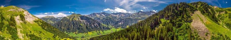 Widok z lotu ptaka wi?z wioska i szwajcar góry - Piz Segnas, Piz Sardona, Laaxer Stockli od Ampachli, Glarus, Szwajcaria, Europ zdjęcia royalty free